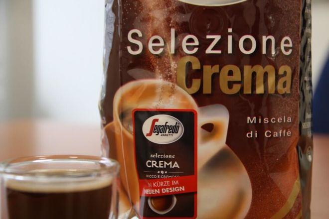 Paket des Segafredo Selezione Crema neben einer Tasse Kaffee der Sorte