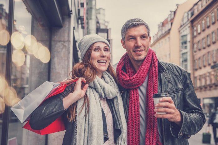 Paar Weihnachtsshopping mit Kaffee