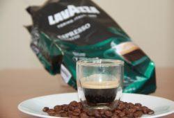 Frisch zubereiteter Lavazza Espresso Perfetto auf Bohnen
