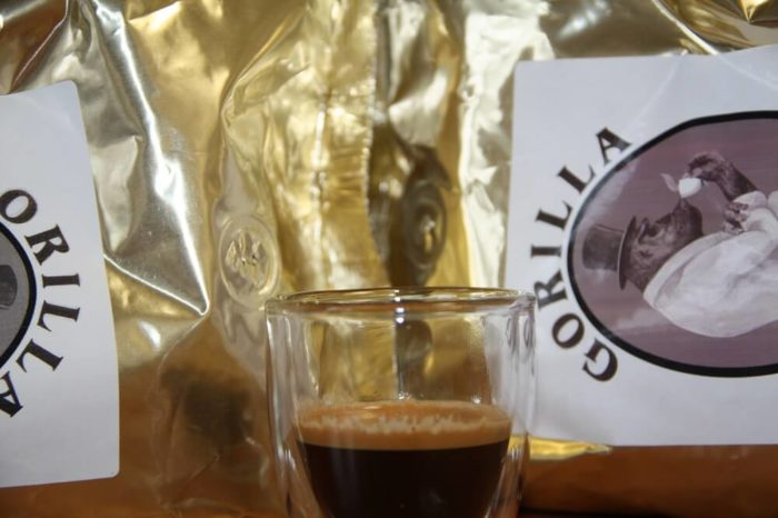 Gorilla Espresso vor Verpackungen