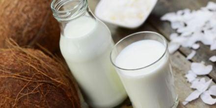 Kokosmilch in Kanne und Glas