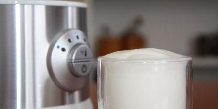 Milchschäumer Test Severin frisch zubereiteter Milchschaum abgebildet neben dem Gerät