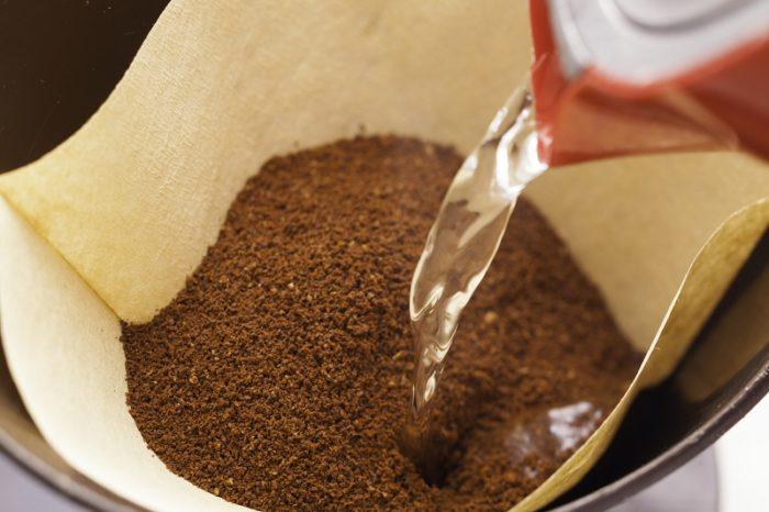 Filterkaffee wird mit heißem Wasser aufgebrüht