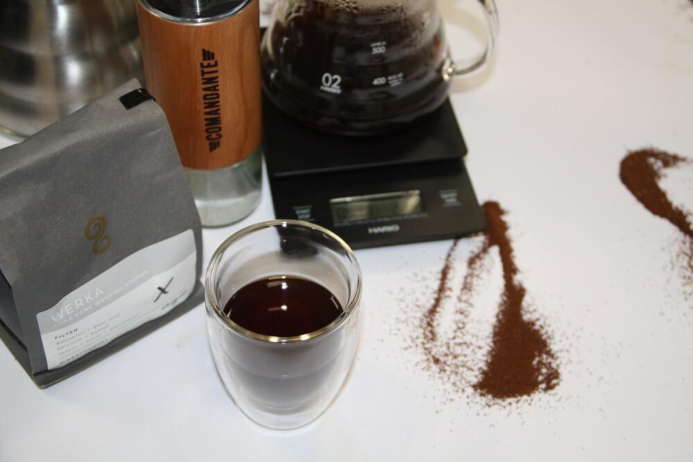 Comandante C40 MK3 neben frisch gemahlenem und gebruehtem Kaffee