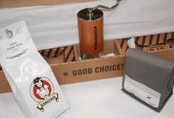 Comandante C40 MK3 Test Muehle in der Verpackung neben zu testenden Kaffees