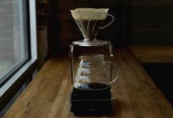 Kaffee wird mit Hario Handfilter aufgebrüht