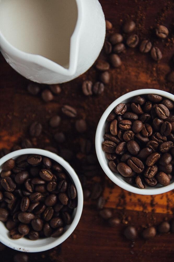 Kaffeebohnen und Kanne mit Milch
