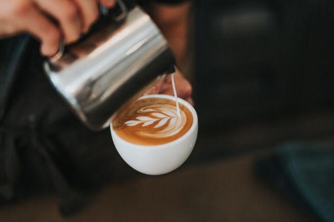 Latte Art Blume in der Barista Ausbildung