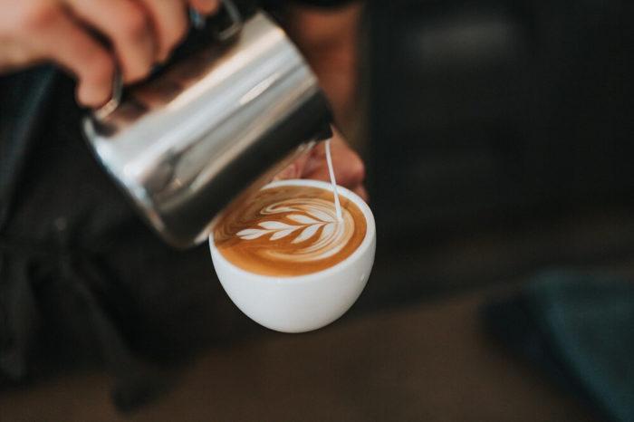 Milch gegossen in Cappucino Latte Art