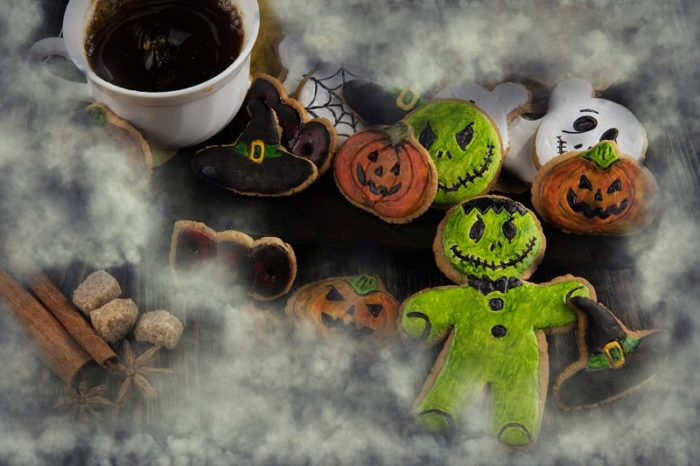 Kaffeetasse neben Halloween Gebaeck
