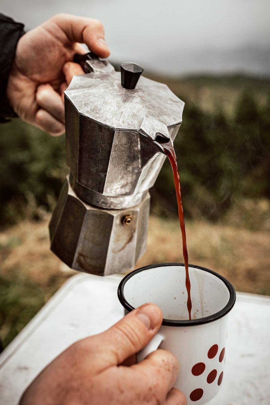 Kaffee mit einem Espressokocher auf Reisen genießen