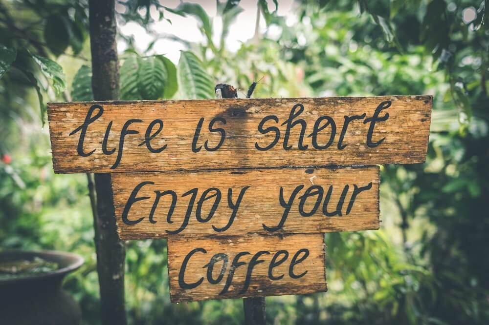 Schild mit Kaffeespruch