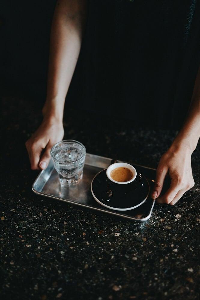 Espresso und ein Glas Wasser