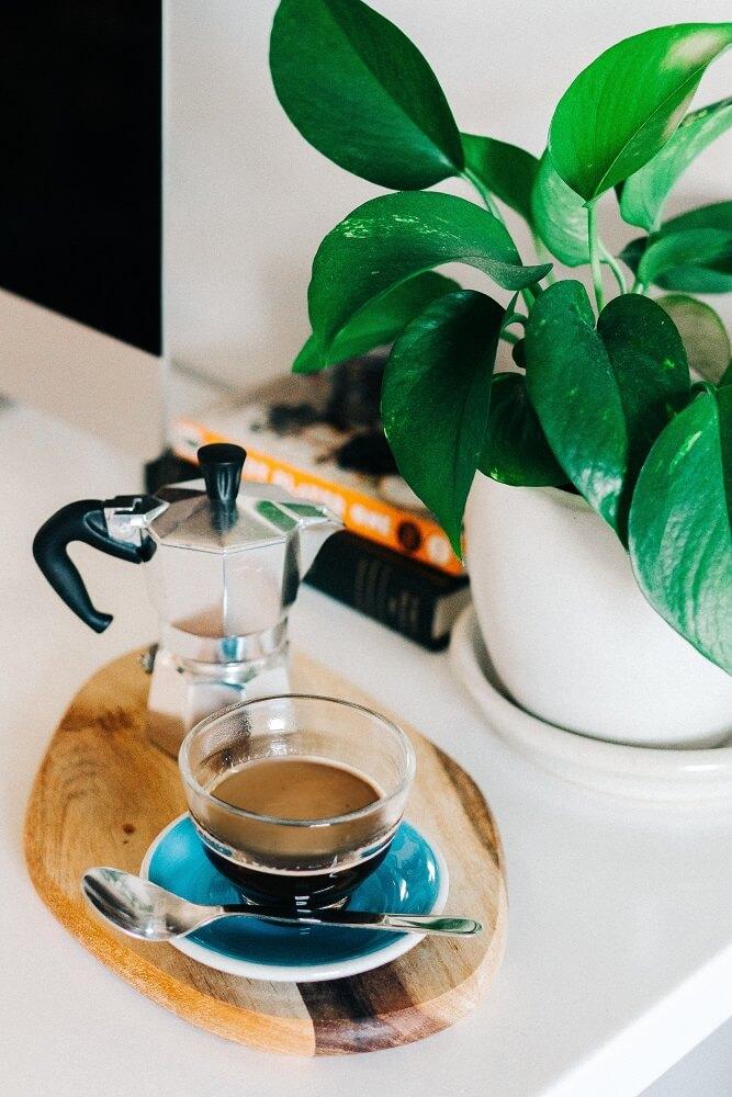 Kaffee vom Espressokocher in einer Tasse