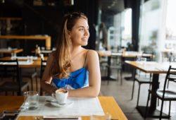Frau trnkt espresso im Cafe