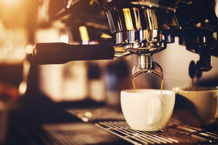 Kaffee läuft aus barista maschine