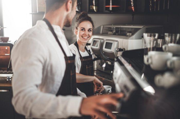 Barista bereiten Kaffee zu