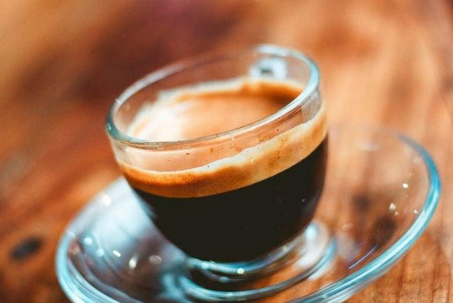 Kräftiger Espresso/Ristretto auf Glasteller