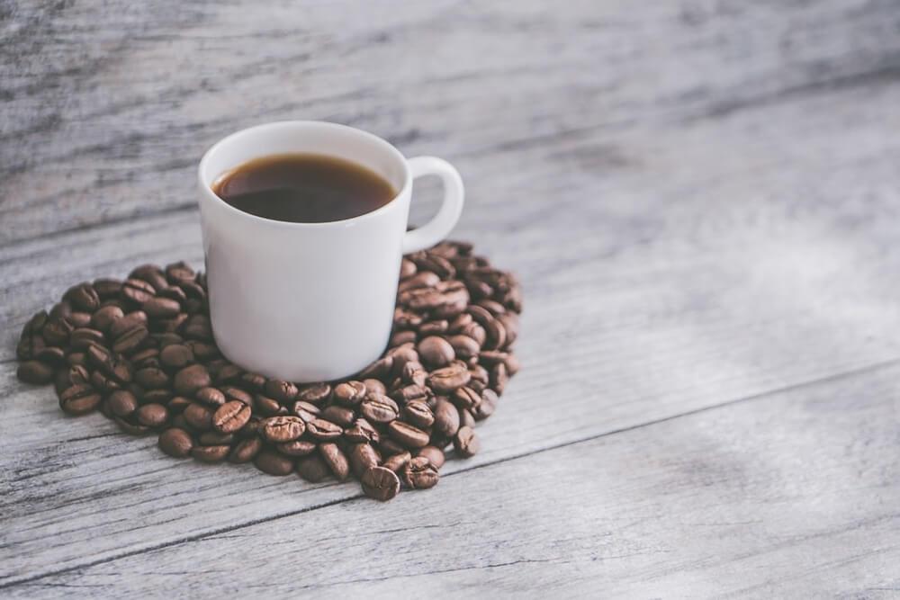 Filterkaffee auf Herz aus Kaffeebohnen