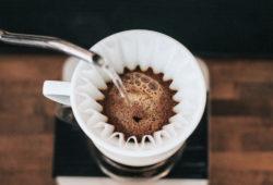 Wasser wird in Kaffeefilter gegossen
