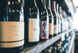 Weinflaschen_im_Weinladen