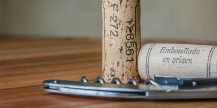 Weinkorken auf Tisch