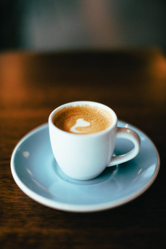 Cappuccino in weißen Tasse
