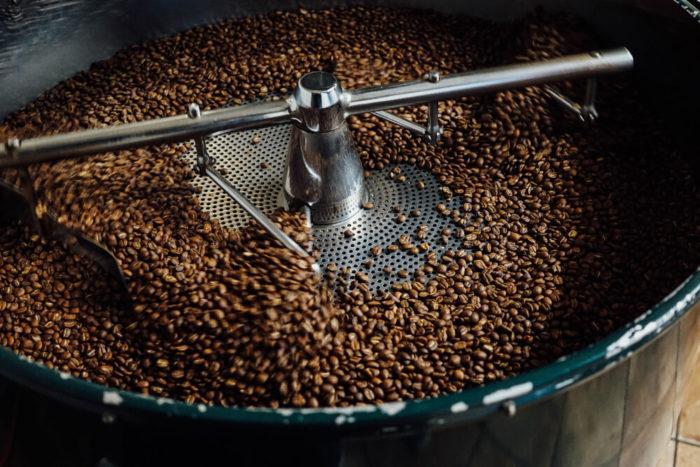 Kaffeebohnen in Röstmaschine