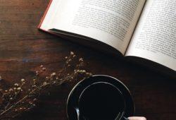 Kaffee trinken und Buch