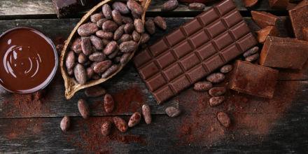 Kakaobohne auf Holztisch