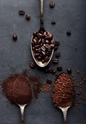 kaffepulver-loeslicher-Kaffee-kaffeebohnen-auf-dunklem-hintergrund