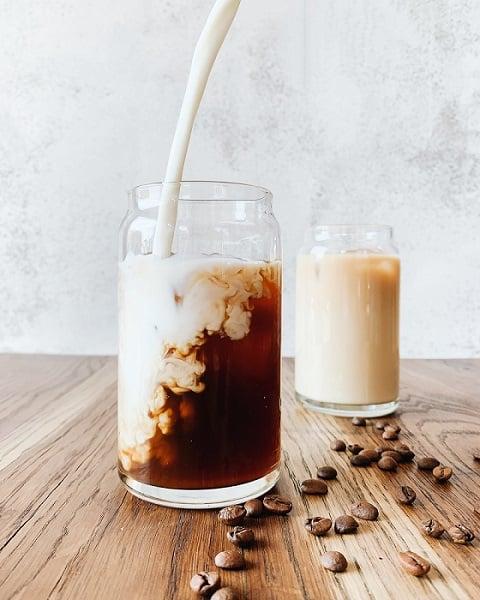 Pflanzendrink in Kaffee