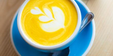 Kurkuma Latte in Cappuccino Tasse (1)