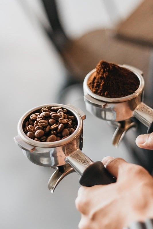 Espresso-Zubereitung - Kaffeebohnen und Kaffeemehl