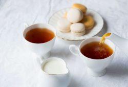 Teetassen und Milchkännchen