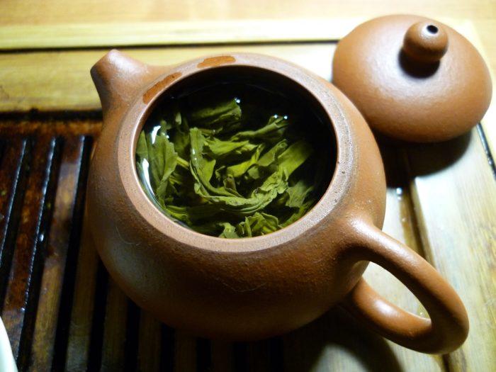 Grünen Tee richtig zubereiten mit einer Teekanne aus Ton