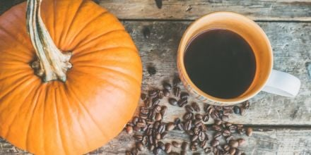 Kürbis mit Kaffeetasse