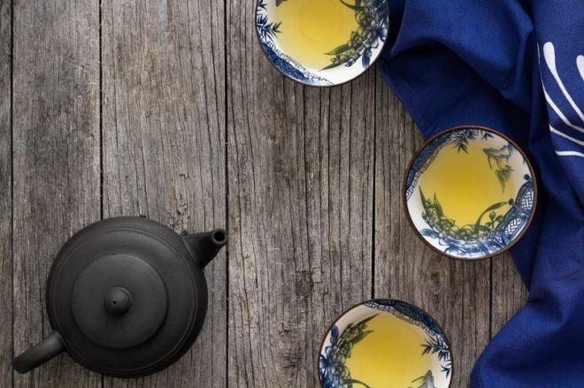 Teekanne mit Teetassen