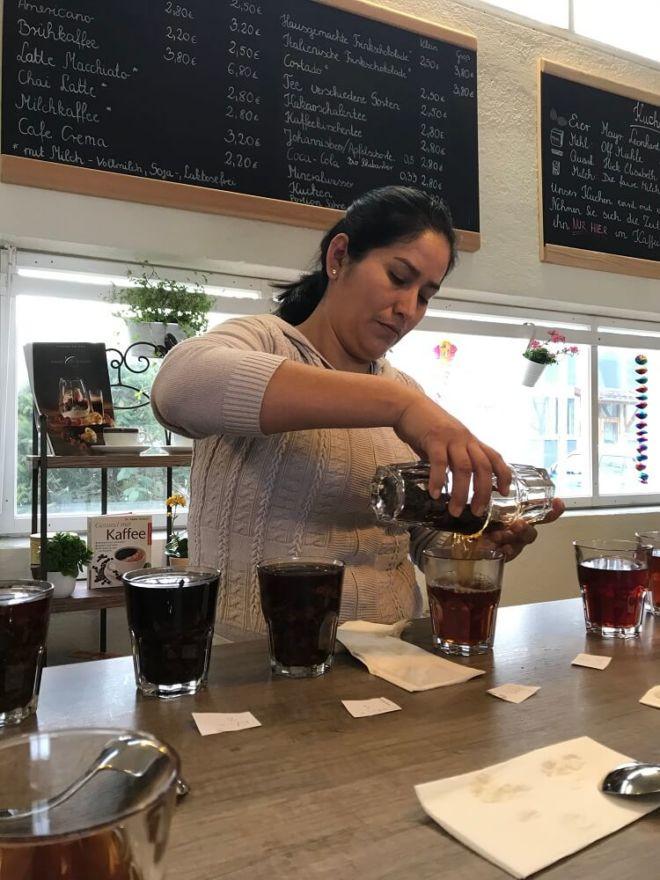 Aurelia aus Peru bei der Verkostung von Kaffees