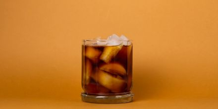 Cold Brew Coffee im Glas mit Eiswürfeln