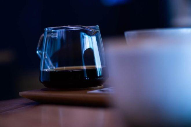 Schwarzer Kaffee in Kaffeekanne