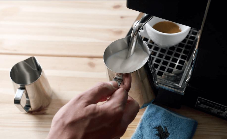 Milchschaum-mit-Dampflanze-aufschäumen-für-Espresso-Macchiato