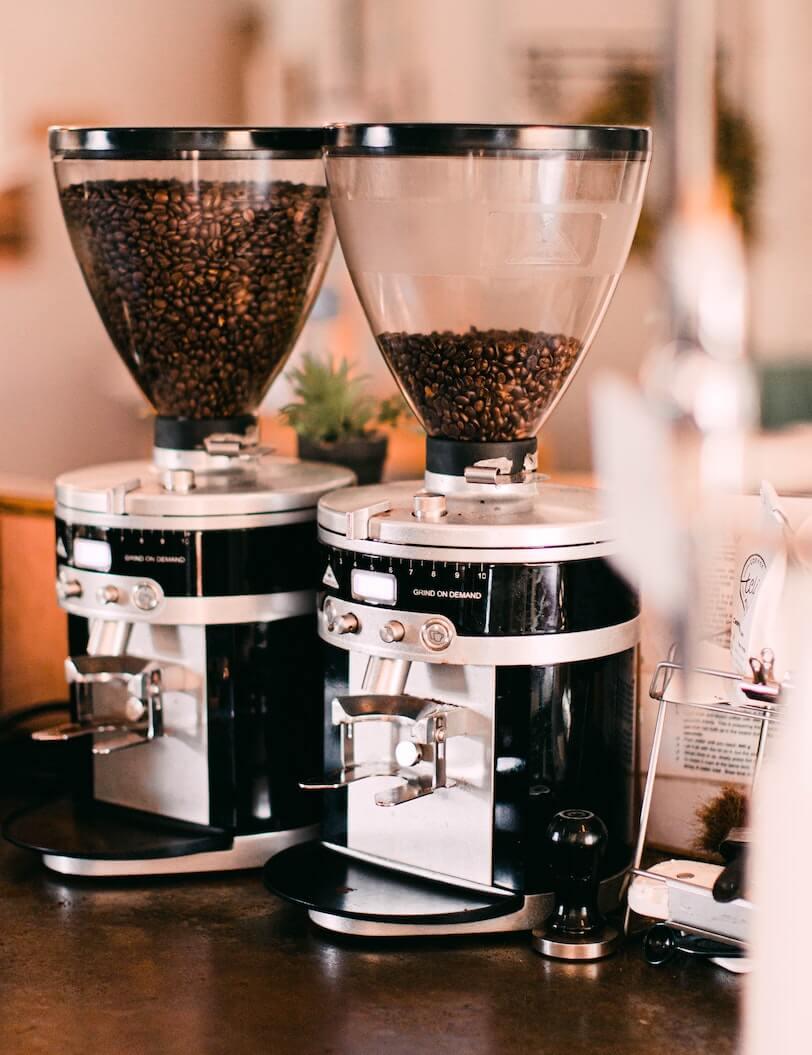 Kaffeemühlen mit frischen Kaffeebohnen