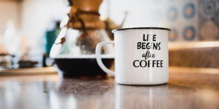 Kaffeespruch auf Tasse neben Pour Over Bereiter
