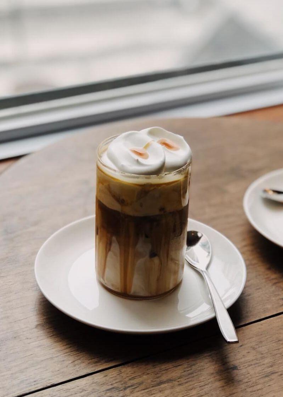 Affogato mit Sahne und Sirup im Glas