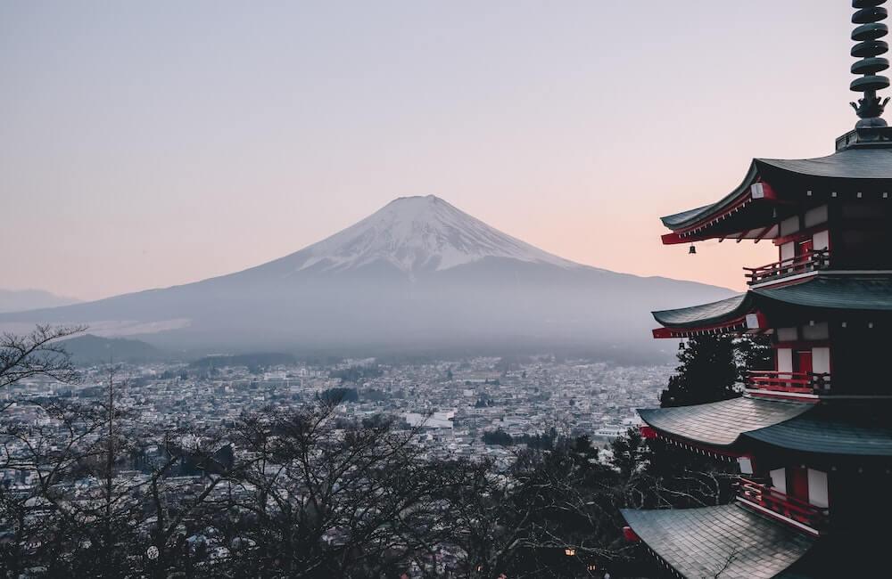 Japanischer Garten und Berglandschaft in Japan
