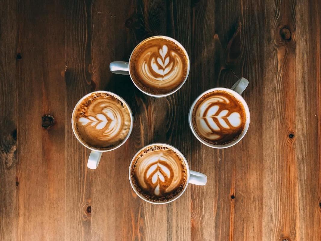 Latte Art Milchschaum in Cappuccinos