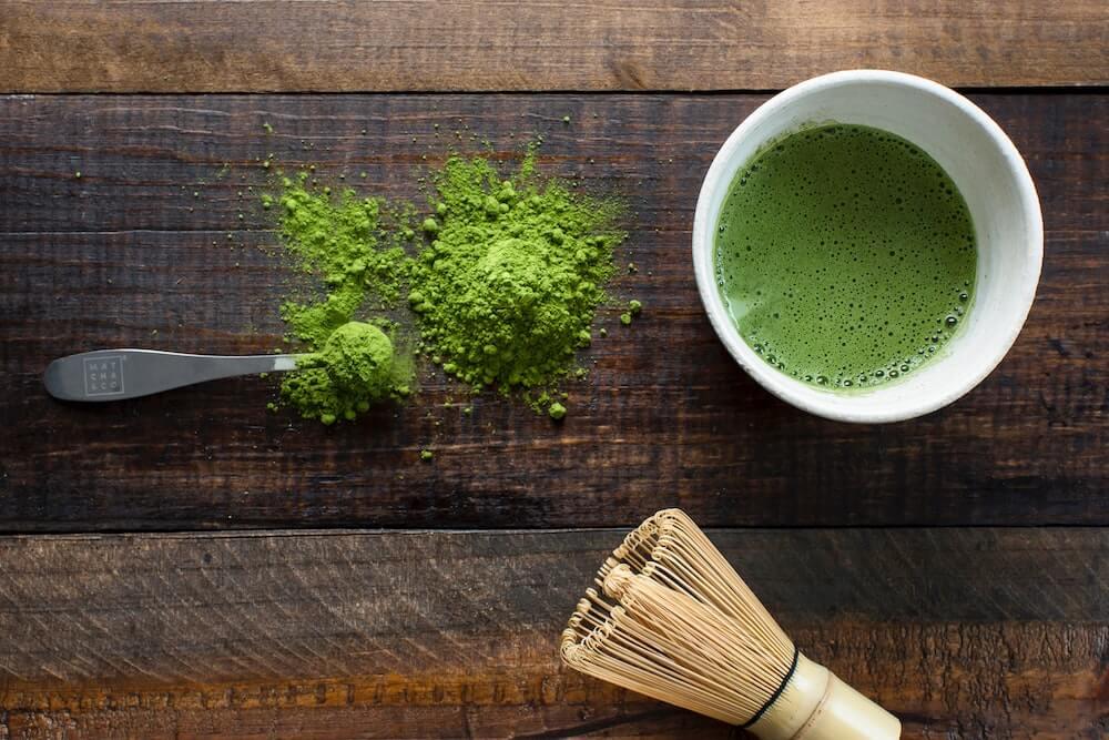 Matcha Tee mit Bambusbesen und Matcha Pulver