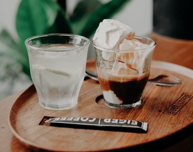 Affogato mit Glas Wasser und Vanilleeis