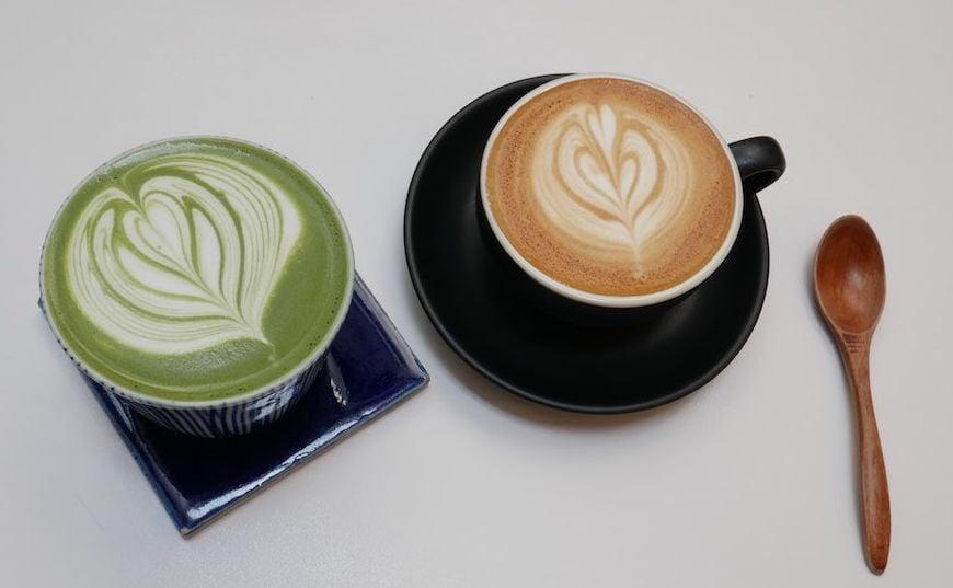 Matcha Latte und Cappuccino auf Tisch